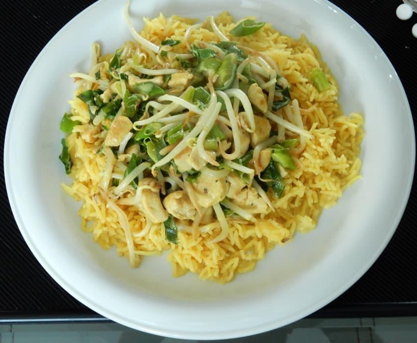 Kip kerrie met gele rijst